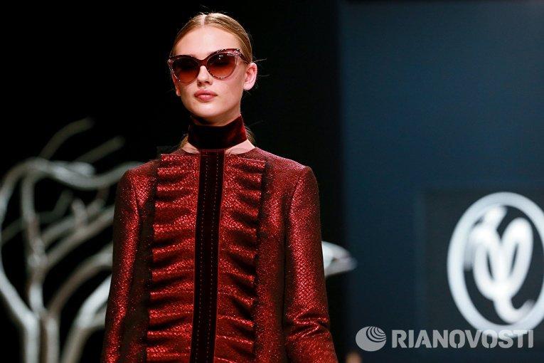 Модель демонстрирует коллекцию одежды дизайнера Валентина Юдашкина на Неделе моды в Москве Сделано в России