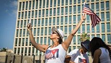 Туристы возле посольства США в Гаване, Куба. Архивное фото