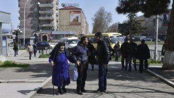Местные жители на улицах Степанакерта, 6 апреля 2016