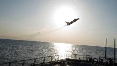 Су-24 пролетает рядом эсминцем USS Donald Cook. Архивное фото