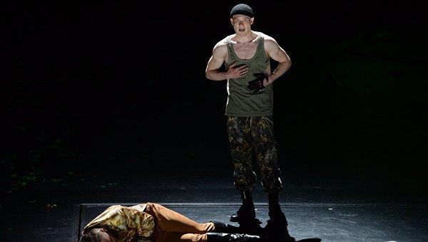 Алексей Кравченко в роли Макбета (слева) и Виктор Хориняк в роли Макдуфа в спектакле Макбет