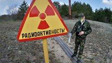 Сотрудник Полесского государственного радиационно-экологического заповедника проводит дозиметрическое обследование территории исследовательской станции Масаны, находящейся в секторе зоны отчуждения Чернобыльской АЭС в Белоруссии