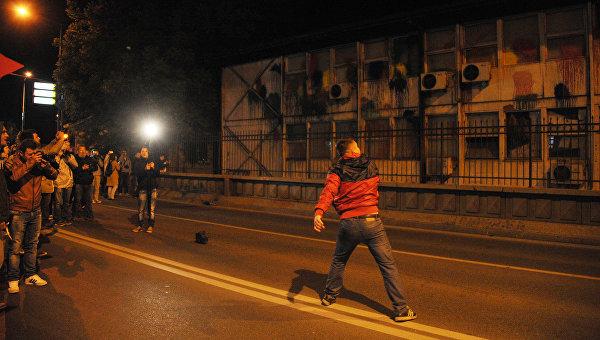 Оппозиционер закидывает краской здание мэрии Скопье