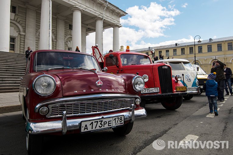 Автомобиль Москвич-402 на выставке ретро-автомобилей в Санкт-Петербурге