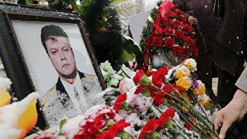 Цветы возле портрета погибшего подполковника Олега Пешкова во время прощания с ним в Липецке. Архивное фото