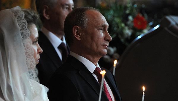 Президент РФ В. Путин и премьер-министр РФ Д. Медведев на пасхальном богослужении в храме Христа Спасителя в Москве