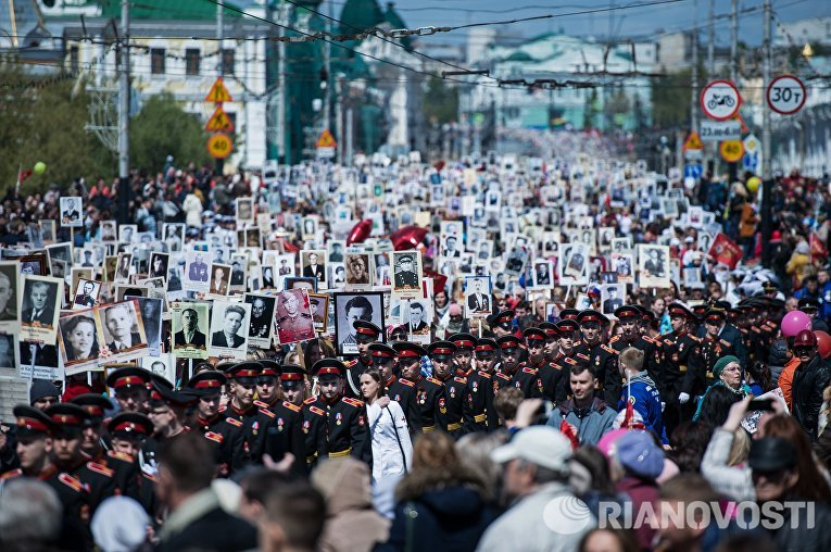 Участники шествия Бессмертный полк в честь 71-й годовщины Победы в Великой Отечественной войне 1941-1945 годов в Омске