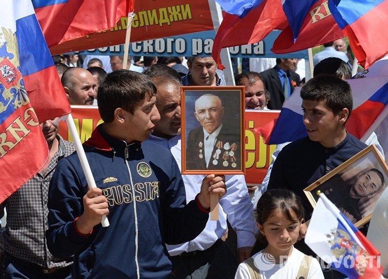 Участники шествия Бессмертный полк в честь 71-й годовщины Победы в Великой Отечественной войне 1941-1945 годов в селении Чинар Дербентского района Дагестана