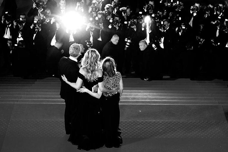 Джоди Фостер, Джулия Робертс и Джордж Клуни после показа фильма Финансовый монстр в рамках 69-го Каннского кинофестиваля