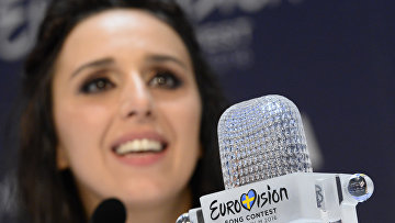 Джамала (Украина), победившая в финале международного конкурса Евровидение-2016 во время пресс-конференции. Архивное фото