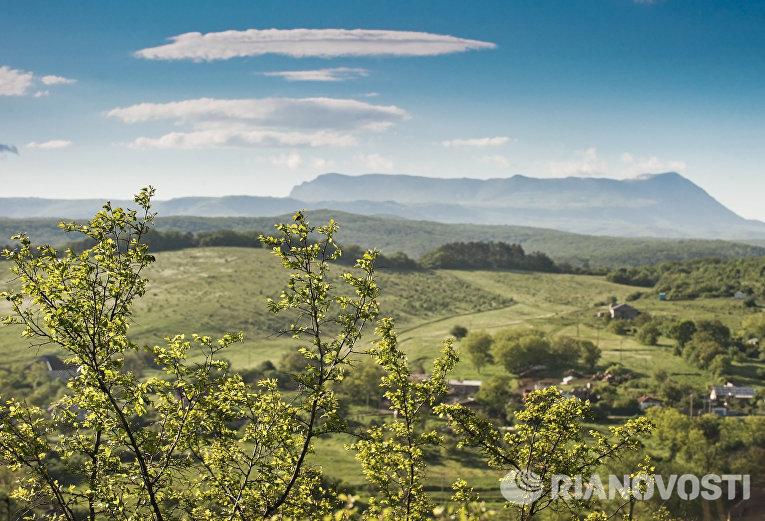 Вид на гору Чатыр-Даг и село Клиновка со стороны села Курцы Симферопольского района Крыма