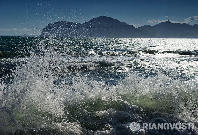 Морской прибой в поселке Орджоникидзе в Крыму