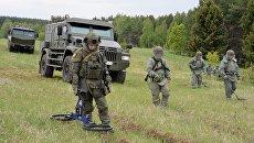 Военнослужащие на учебных занятиях сапёров 210 Межрегионального учебного центра на полигоне в Нижегородской области