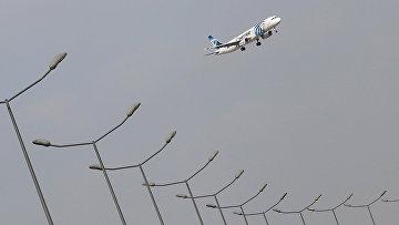 Самолет авиакомпании EgyptAir совершает посадку в аэропорту Каира, Египет. 19 мая 2016