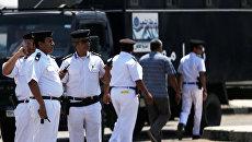 Сотрудников службы безопасности возле здания авиакомпании Egyptair. 19 мая 2016