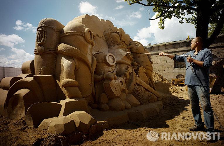 Песчаная скульптура на пляже у Петропавловской крепости в Санкт-Петербурге