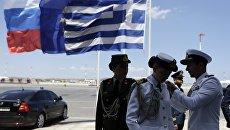Флаги России и Греции. Архивное фото