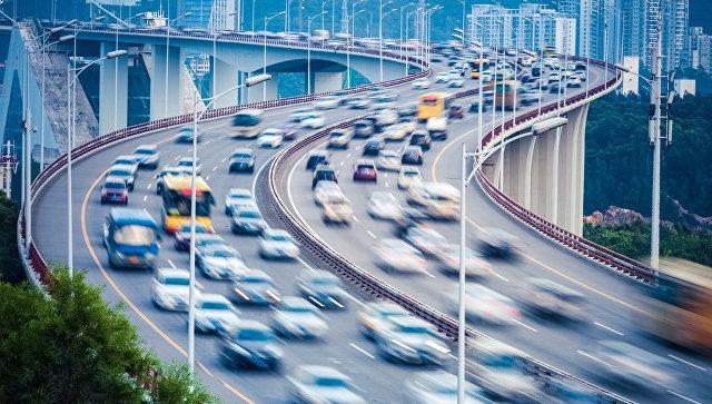 Автомобильное движение в городе. Архивное фото