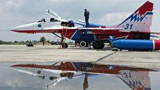 Самолет пилотажной группы Стрижи на аэродроме Кировское