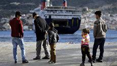 Мигранты в порту. Архивное фото