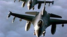 Пара американских истребителей F-16. Архивное фото