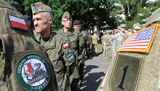 Солдаты польской армии и армии США на церемонии открытия военных учений Анаконда-16 в Польше