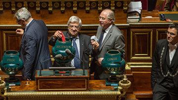 Сенаторы во время голосования французского сената по принятию резолюции с призывом о смягчении санкций против России. 8 июня 2016