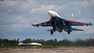 Самолет Су-27 пилотажной группы Русские Витязи. Архивное фото