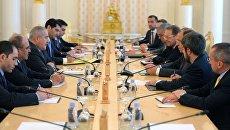 Министр иностранных дел РФ Сергей Лавров и заместитель премьер-министра, министр иностранных дел Иордании Насер Джодда во время встречи в Москве