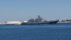 Фрегат Адмирал Григорович в сопровождении катеров вошел в порт Севастополя
