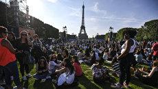 Болельщики в фан-зоне Чемпионата Европы по футболу 2016 перед Эйфелевой башней в Париже. Архивное фото