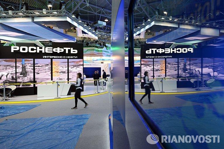 Павильон компании Роснефть перед открытием Петербургского международного экономического форума 2015