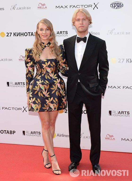 Актриса Светлана Устинова и продюсер Илья Стюарт на церемонии закрытия 27-го Открытого российского кинофестиваля Кинотавр