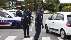 Сотрудники французской полиции работают на месте преступления на следующий день после нападения на сотрудника полиции под Парижем