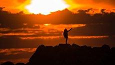 Девушка делает селфи на Олимпийской набережной в Адлере