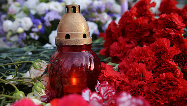Жители Москвы несут цветы и игрушки в память о погибших детях