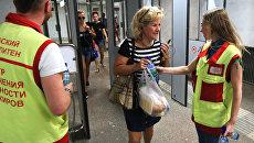 Сотрудники Московского метрополитена раздают питьевую воду пассажирам при входе на станцию
