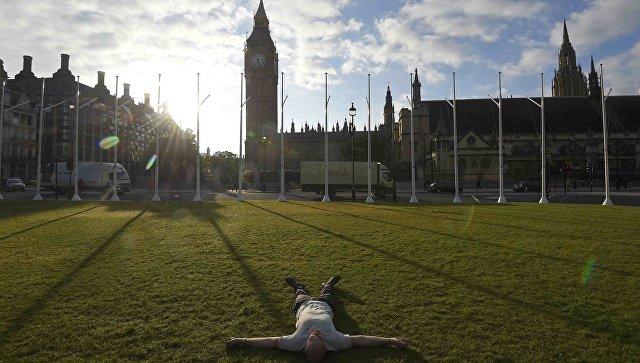 Мужчина лежит на Парламентской площади Лондона, Великобритания. 24 июня 2016