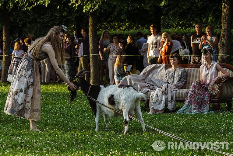 Модели представляют коллекцию Стаса Лопаткина во время театрализованного шоу-дефиле Царское село. Русский стиль