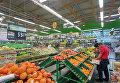 Покупатели в супермаркете в Новосибирске
