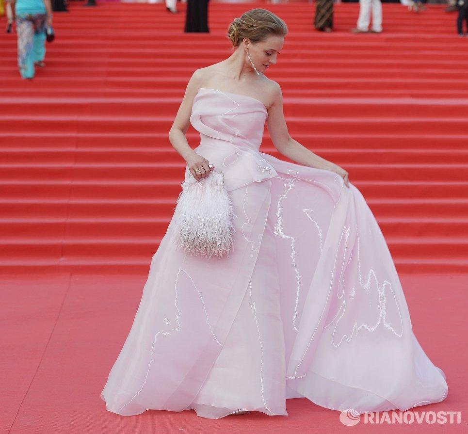 Актриса Екатерина Вилкова перед началом церемонии закрытия 38-го Московского международного кинофестиваля