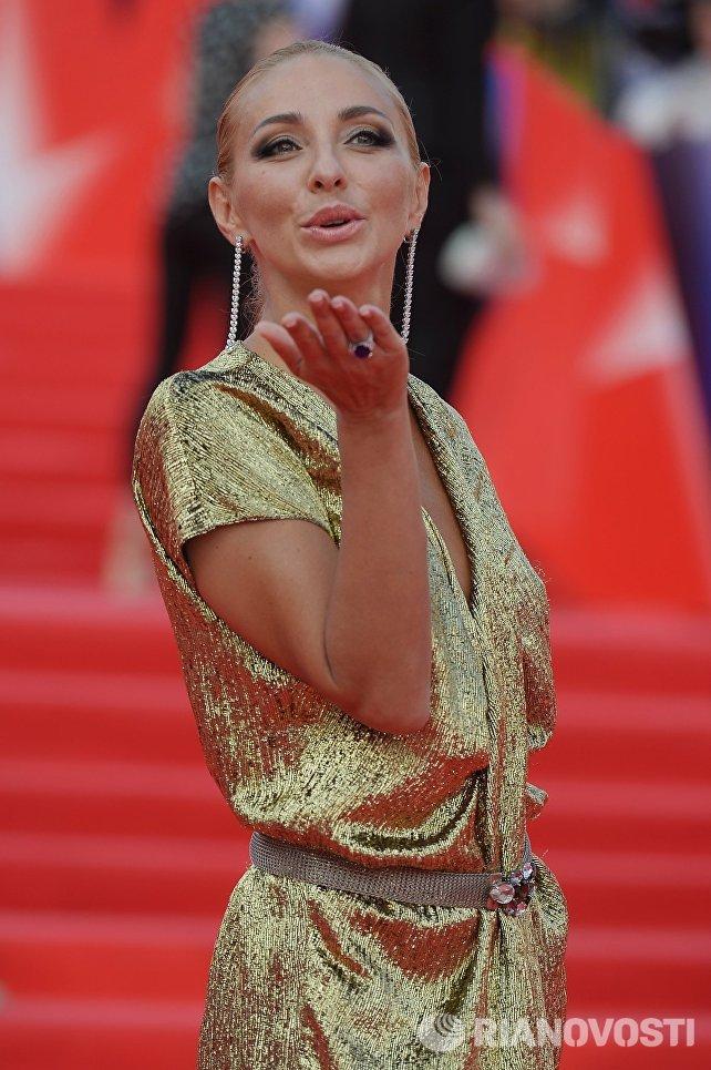 Телеведущая, олимпийская чемпионка по фигурному катанию Татьяна Навка перед началом церемонии закрытия 38-го Московского международного кинофестиваля