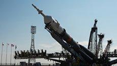 Установка ракеты-носителя на стартовую площадку космодрома Байконур. Архивное фото