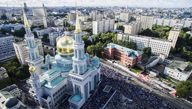 Мусульмане перед намазом в день праздника Ураза-байрам у Соборной мечети в Москве. 5 июля 2016