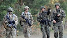 Солдаты польской армии и армии США во время учений. Архивное фото