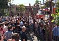 Снос ворот у здания МВД участниками митинга оппозиции в Сухуме. Июль 2016 года