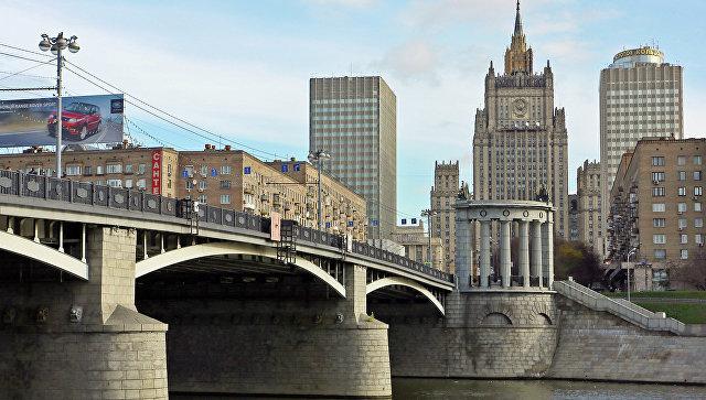 Вид на Бородинский мост и здание МИД в Москве. Архивное фото