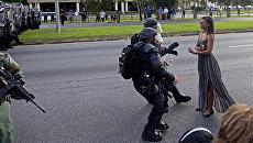 Полицейские задерживают участницу акции протеста в связи с убийством афроамериканца в городе Батон-Руж в штате Луизиана