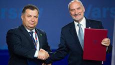Министр обороны Украины Степан Полторак и министр обороны Польши Антони Мачеревич во время подписания соглашения на саммите НАТО в Варшаве. Архивное фото