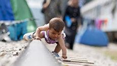 Ребенок в лагере для мигрантов и беженцев. Архивное фото